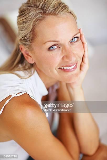 Nahaufnahme der eine schöne Reife Frau lächelnd