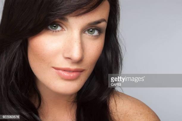 close-up van een prachtige natuurlijke vrouw lachend met sproeten op haar gezicht - groene ogen stockfoto's en -beelden