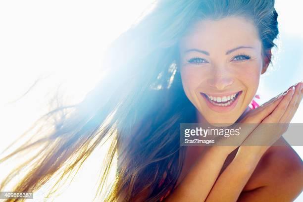 Gros plan d'une belle jeune femme souriante