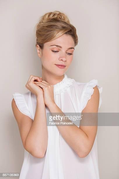 close-up of a beautiful woman posing - blick nach unten stock-fotos und bilder