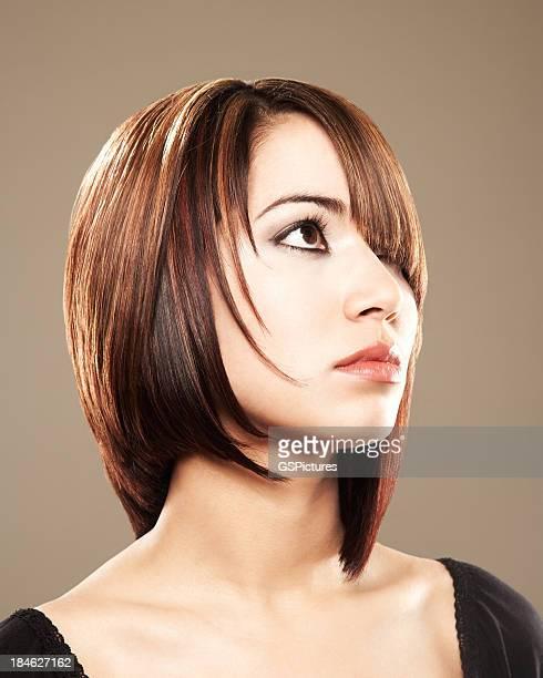 Gros plan d'une belle femme avec ses cheveux devant l'oeil