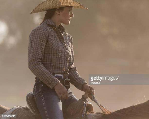 gros plan d'une équitation de belle jeune cow-girl dans un ranch de l'utah. - cowgirl photos et images de collection