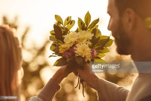 close-up of a bouquet held by a couple - festa della donna foto e immagini stock