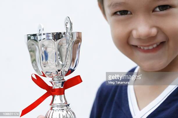 close-up of a boy holding a trophy - trophy - fotografias e filmes do acervo