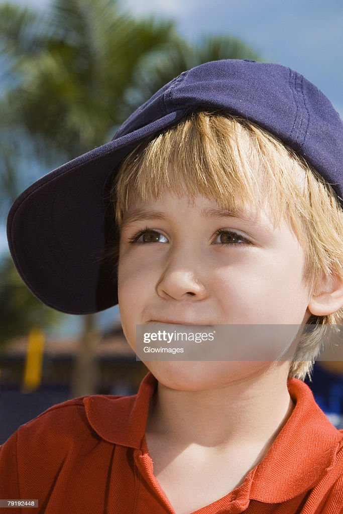 Close-up of a boy looking away : Foto de stock