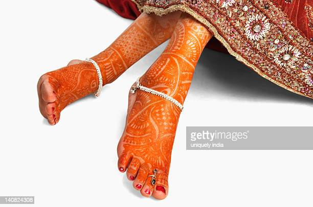 close-up of a bride's feet with henna decoration - indian female feet stock pictures, royalty-free photos & images