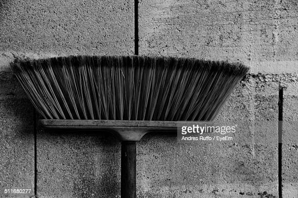 close-up of a broom against the wall - andres ruffo 個照片及圖片檔