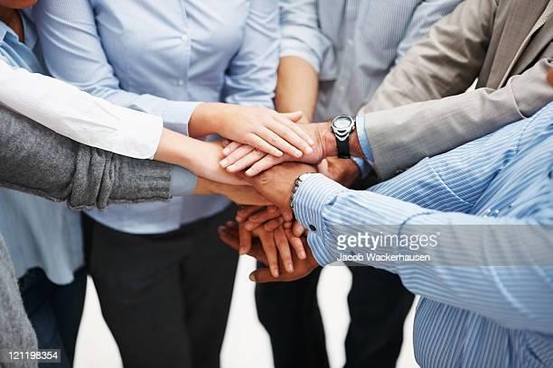primo piano di un uomo d'affari con le mani insieme - mani incrociate foto e immagini stock