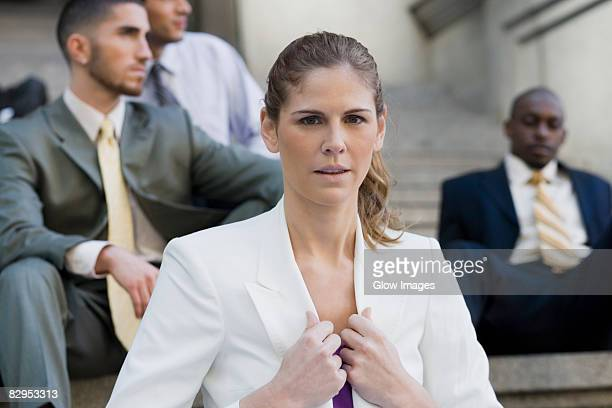close-up of a businesswoman holding the lapel of her coat - revers stock-fotos und bilder