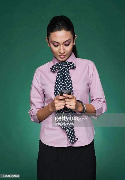 close-up of a businesswoman text messaging on a mobile phone - fular fotografías e imágenes de stock