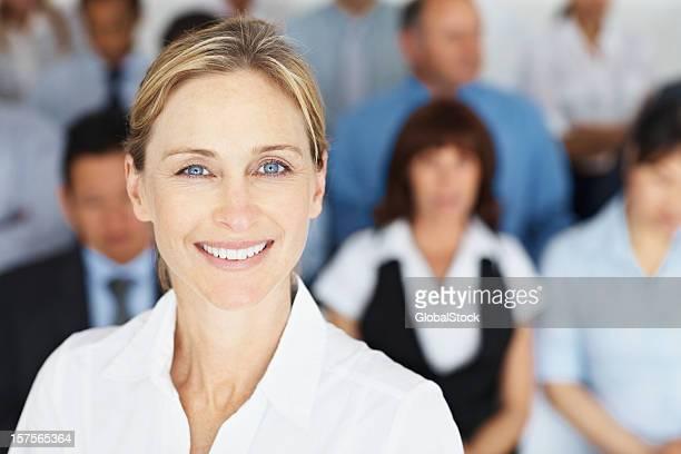 Nahaufnahme der Geschäftsfrau mit Kollegen im Hintergrund