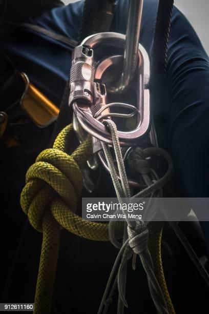 close-up of a carabiner and safety ropes - fortaleza estructura de edificio fotografías e imágenes de stock