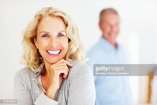 Close -up of 陽気な成熟した女性、男性の背景