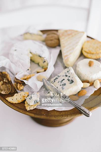 close-up of a cheese board - kaasplank stockfoto's en -beelden