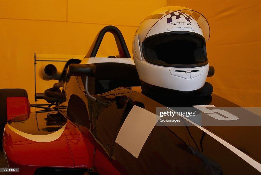 Close-up of a crash helmet on a racecar : Foto de stock