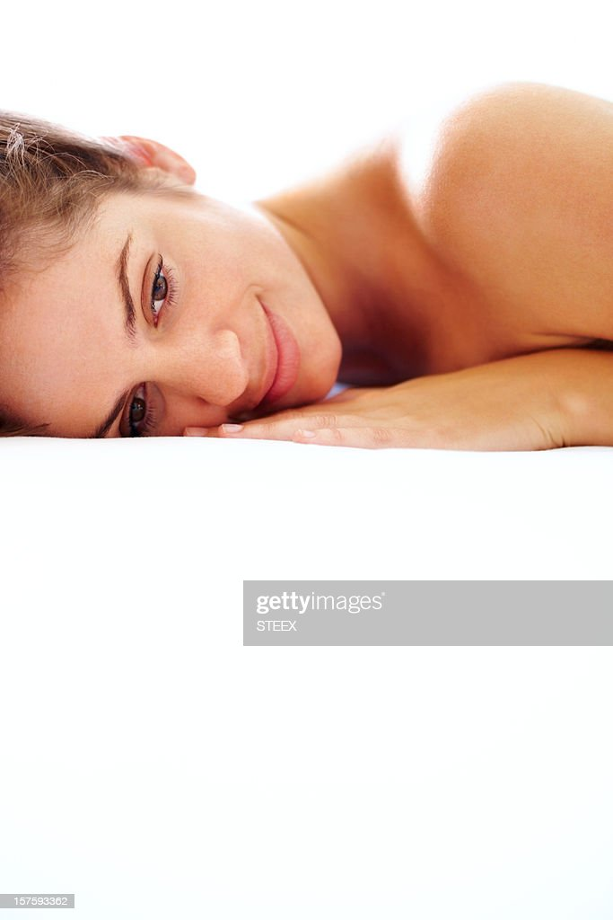 Nahaufnahme einer sexy jungen Frau gegen Weiß liegen : Stock-Foto