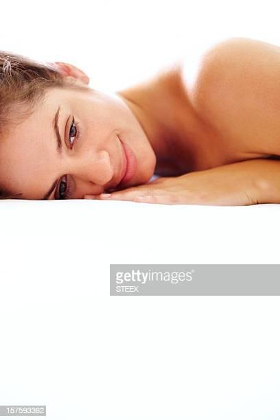 en primer plano de una mujer linda joven yacer contra blanco - piel bonita mujer desnuda tumbada fotografías e imágenes de stock