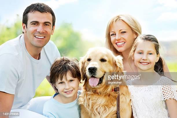 Primer plano de una familia con su mascota favorita?.