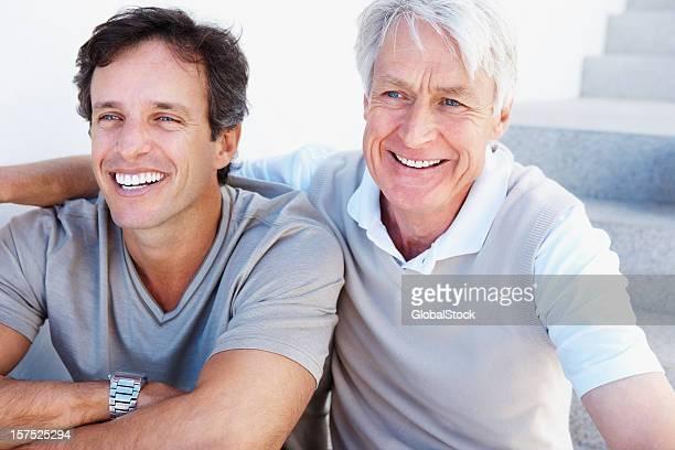 Close-up de um pai e filho sentado em conjunto