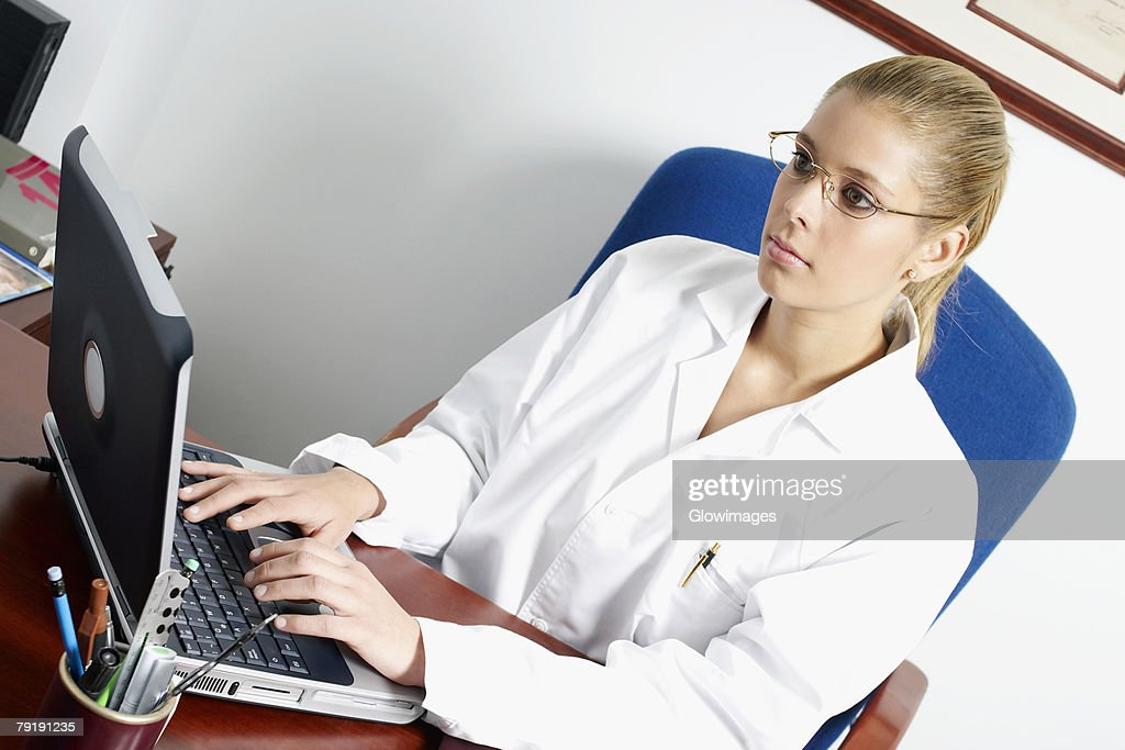Close-up of a female doctor using a laptop : Foto de stock