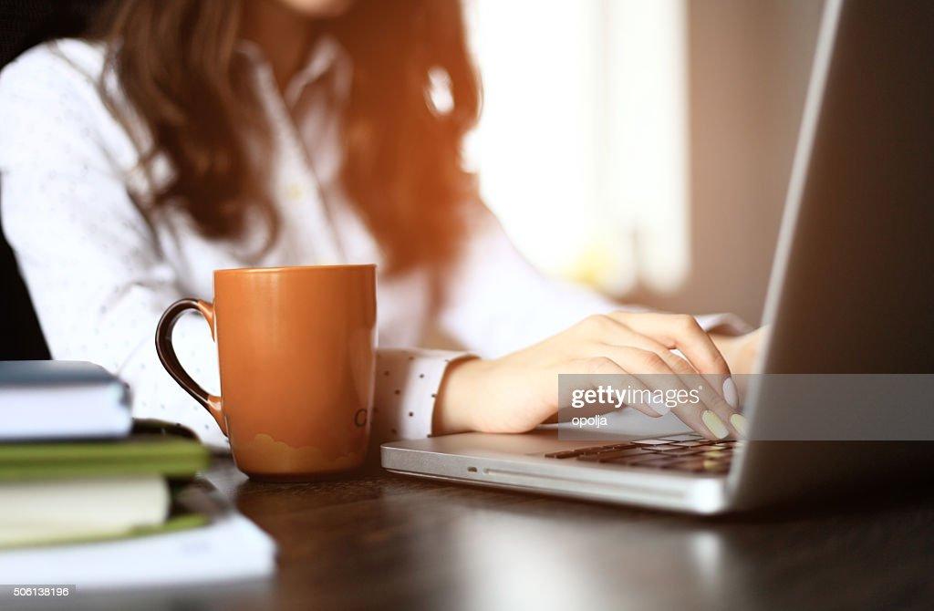 クローズアップ、忙しい女性の手入力、ノートパソコンで : ストックフォト