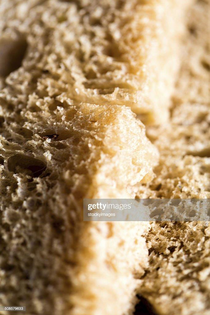Nahaufnahme des ein frisches Weizen Brot Schneiden : Stock-Foto