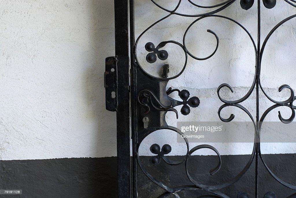Close-up of a gate : Foto de stock