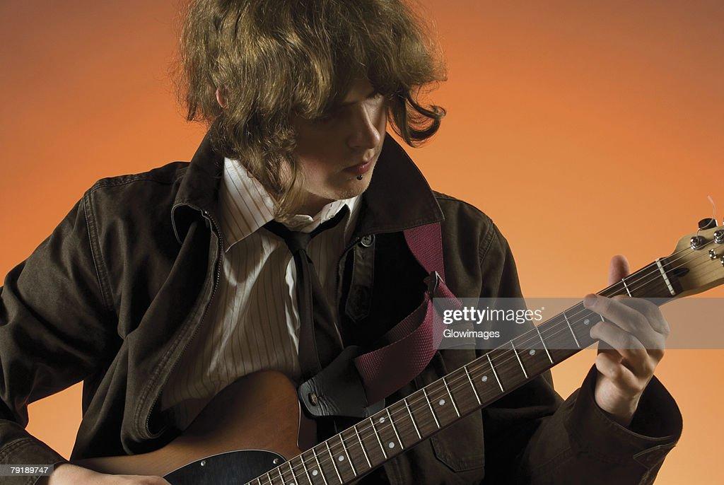 Close-up of a guitarist playing a guitar : Foto de stock