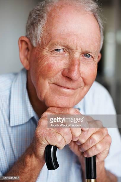 Close-up de um homem idoso feliz