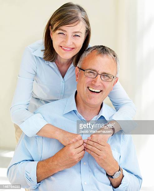 Gros plan d'un heureux couple senior s'amusant