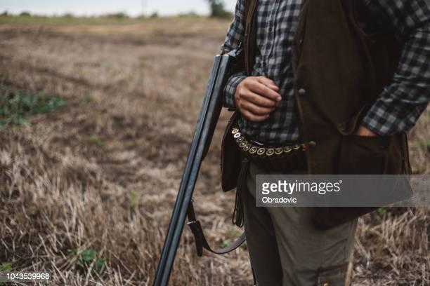 彼の散弾銃をロード ハンターのクローズ アップ - チャージする ストックフォトと画像