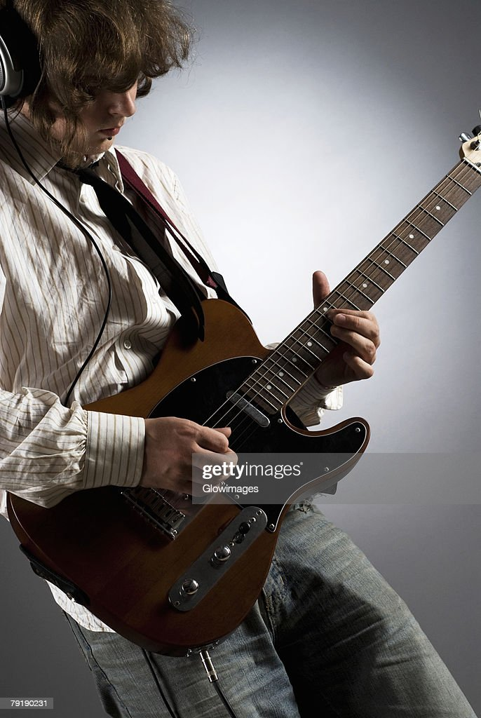 Close-up of a male guitarist playing a guitar : Foto de stock