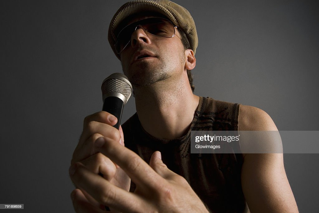 Close-up of a male singer singing : Foto de stock