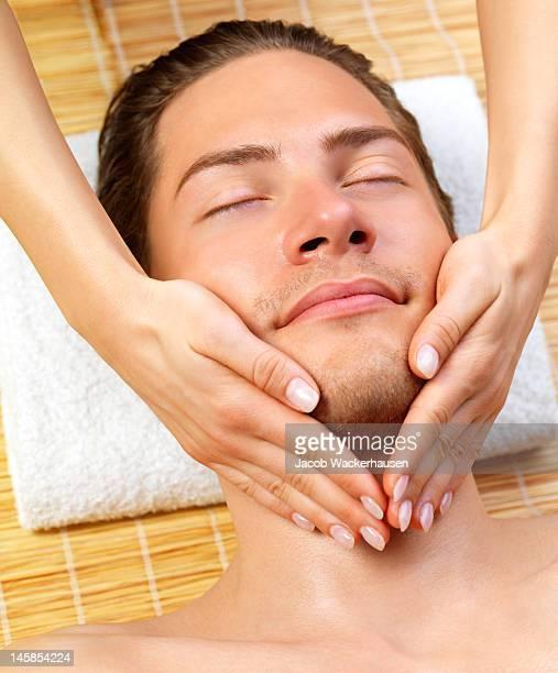 Primer plano de un hombre que reciben masaje facial