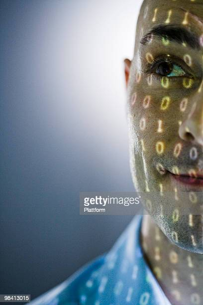 close-up of a man with digital numbers reflected on his face. - concepts et thèmes photos et images de collection