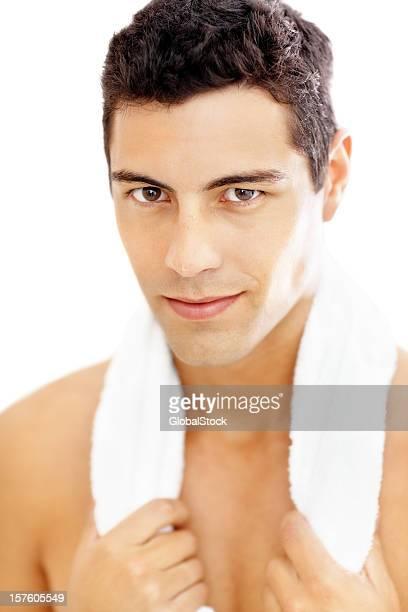 Gros plan d'un homme avec une serviette autour du cou après l'entraînement.