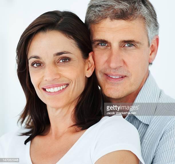 Gros plan d'un couple d'âge mûr souriant