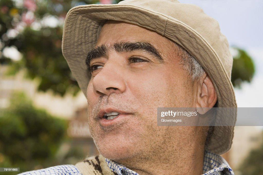 Close-up of a mature man looking away and smiling : Foto de stock