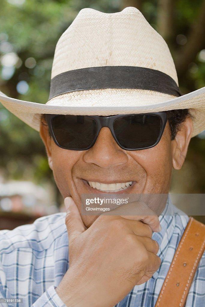 Close-up of a mature man smiling : Foto de stock