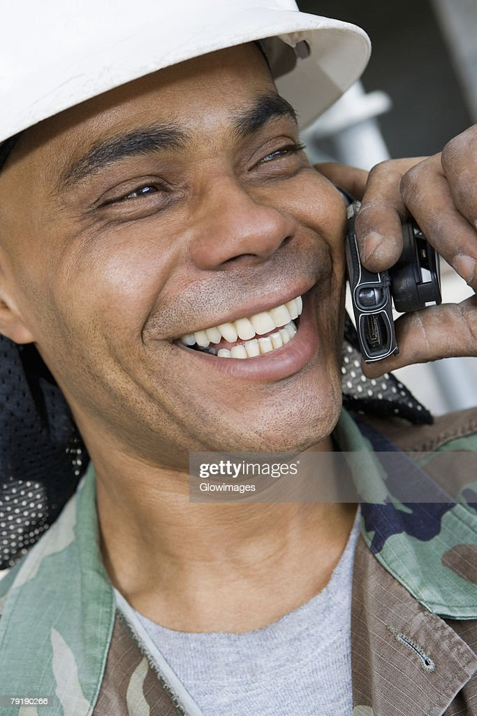 Close-up of a mature man talking on a mobile phone and smiling : Foto de stock