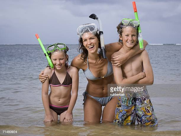 close-up of a mother and her two children wearing scuba masks and snorkels - fille de 12 ans photos et images de collection