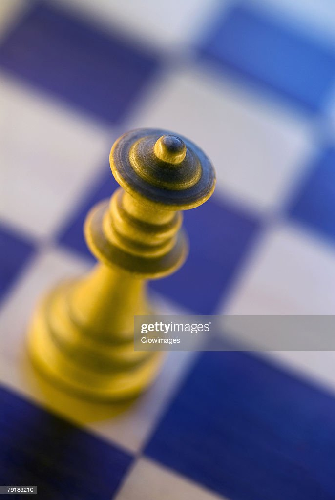 Close-up of a queen chess piece on a chessboard : Foto de stock