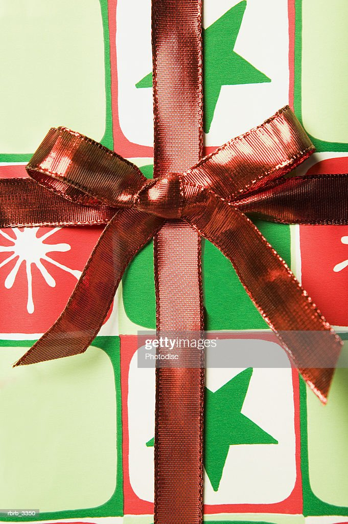 Close-up of a red ribbon on a gift : Foto de stock