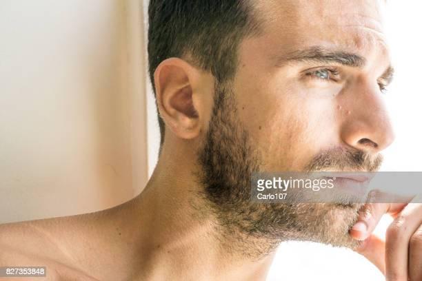 Ein trauriger Mann, Blick aus dem Fenster auf einer Fähre in Nahaufnahme