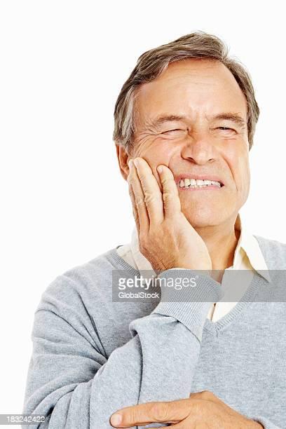 Primo piano di un uomo anziano, tenendo denti dolore