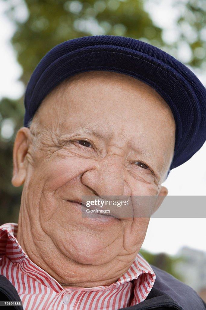 Close-up of a senior man smiling : Foto de stock