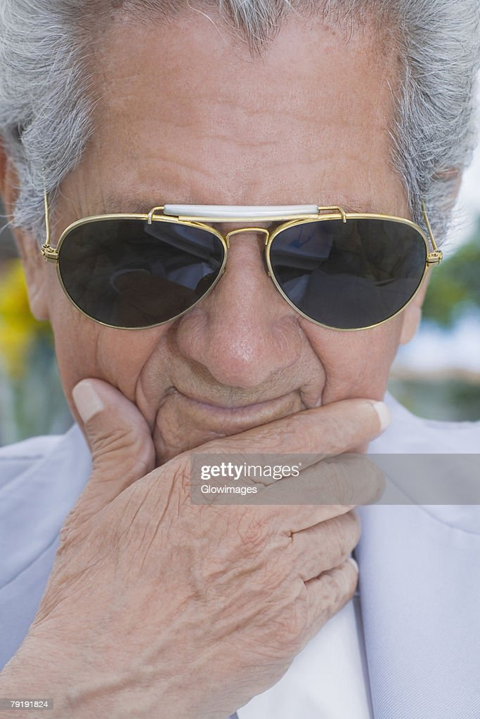 Close-up of a senior man wearing sunglasses and thinking : Foto de stock