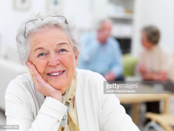 Nahaufnahme eines senior Frau mit Freunden im Hintergrund