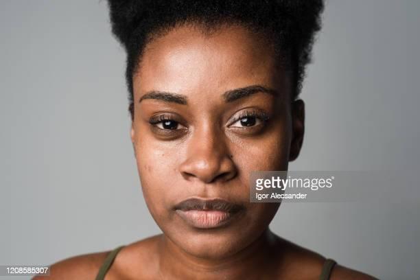 close-up van een ernstige vrouw - kroeshaar stockfoto's en -beelden