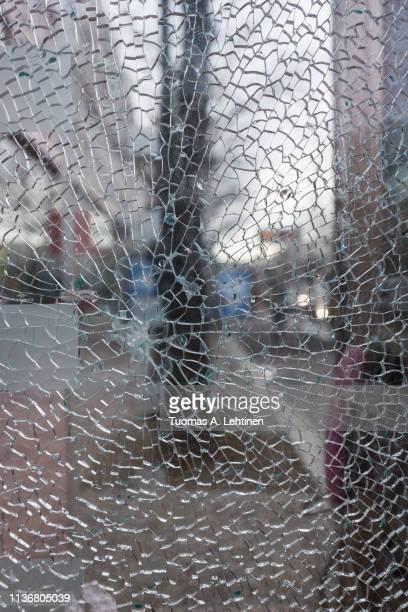 closeup of a shattered glass - zerstörung stock-fotos und bilder